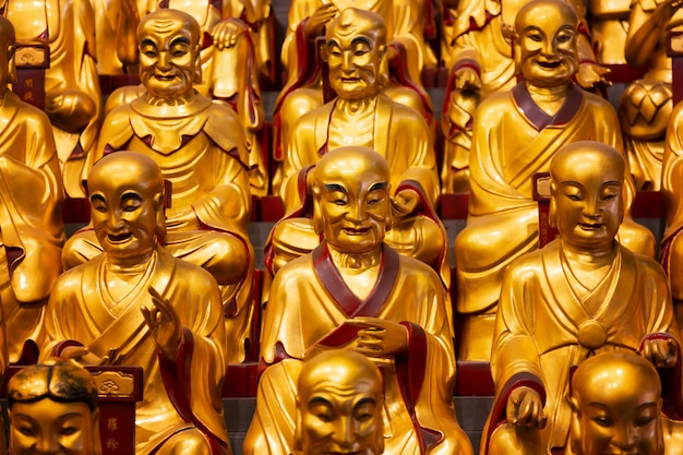Много золотых статуй lohans в храме longhua в шанхае, китай. знаменитый буддийский храм в китае.