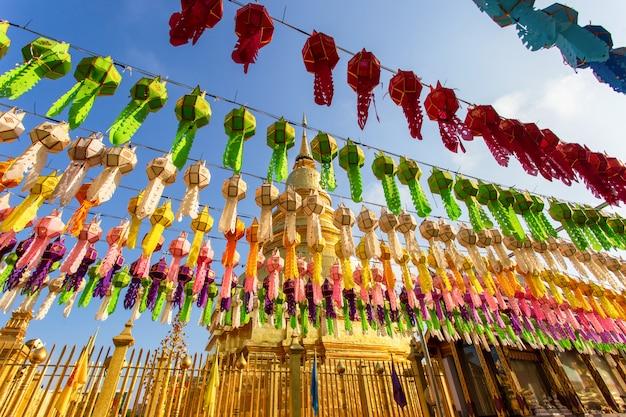 カラフルなランプフェスティバルとワットプラタートでloi krathongのランタン