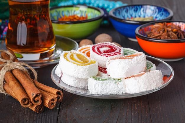 テーブルの上にお茶と伝統的なお菓子とlokum