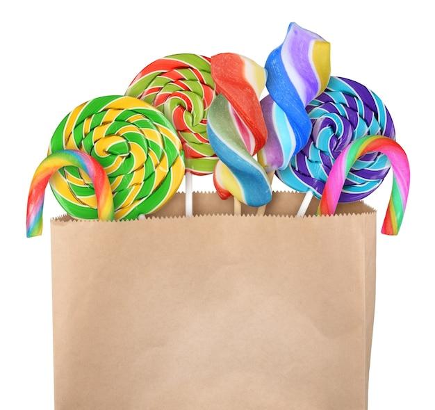 흰색 배경에 고립 된 종이 가방에 롤리팝 사탕