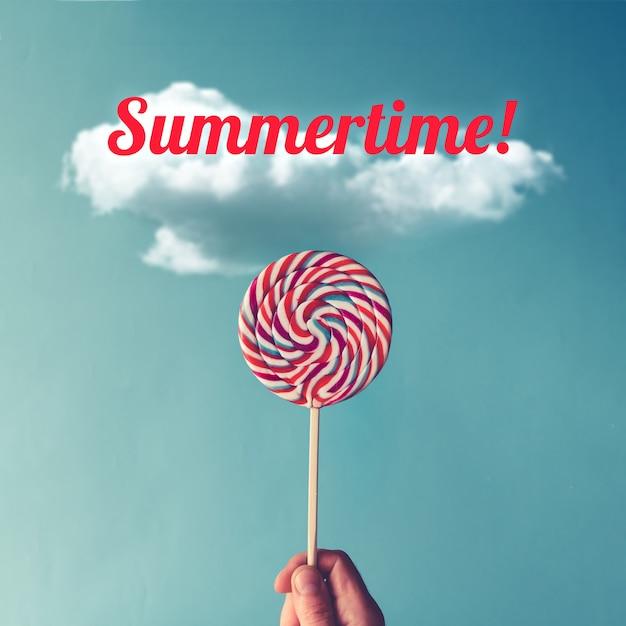 하늘 벽에 롤리팝 사탕. 여름 개념.