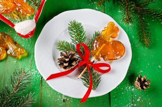 크리스마스 테이블에 막대기에 수탉의 모양에 사탕