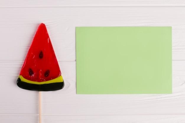 ロリポップスイカと白紙のカード。スイカのかけらの棒のロリポップ。上面図