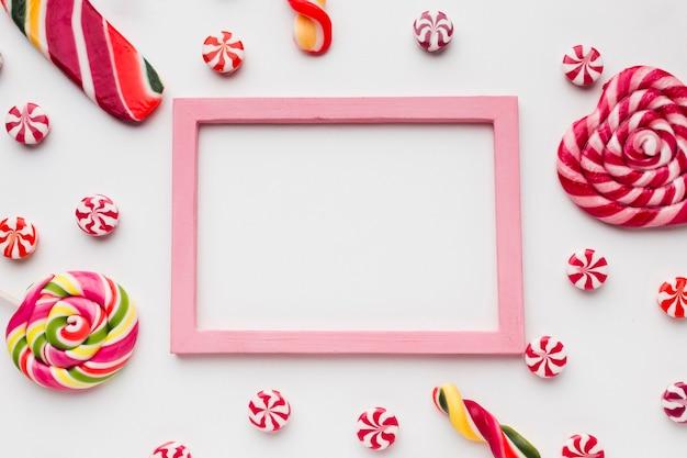 프레임 및 복사 공간이있는 막대 사탕 및 사탕
