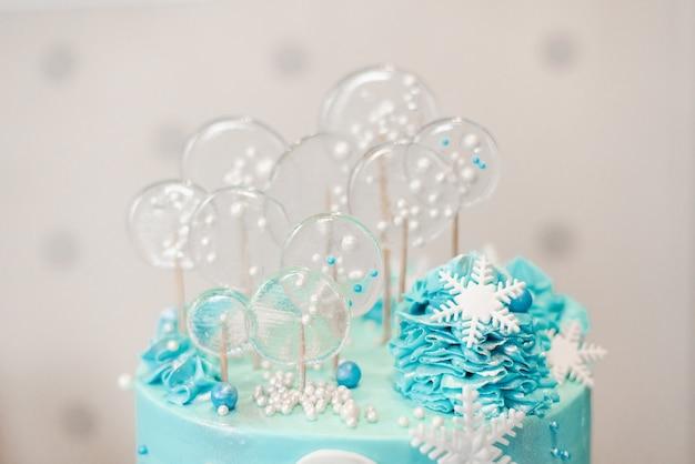 파란색 색상의 매스틱이 있는 케이크 장식으로 롤리팝