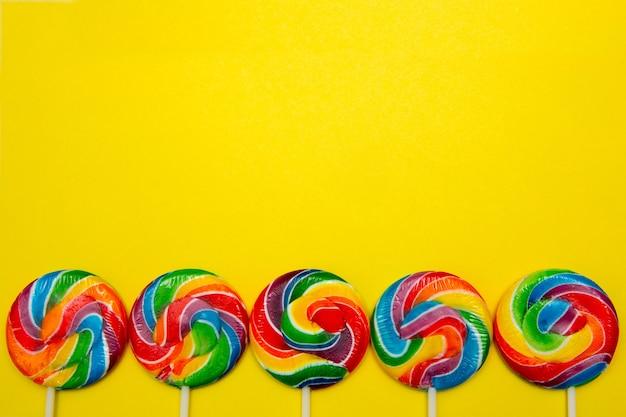 복사 공간 노란색 배경에 막대 사탕 프리미엄 사진