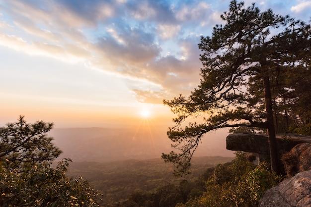 Lom sak崖のプー・クラーダン国立公園での美しい夕日
