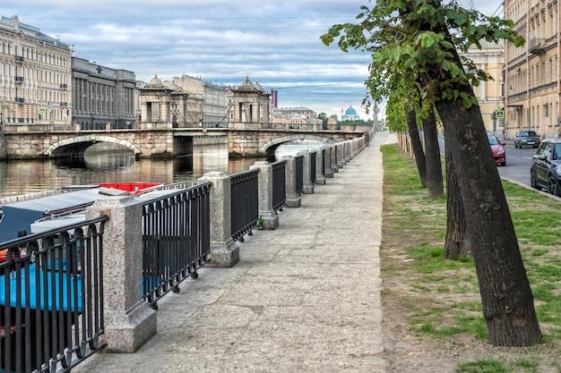 Мост ломоносова в санкт-петербурге через реку фонтанку и набережную