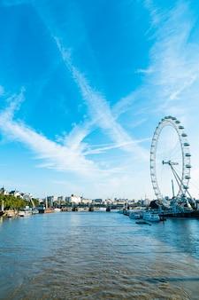 Лондонский сити с рекой темза в соединенном королевстве