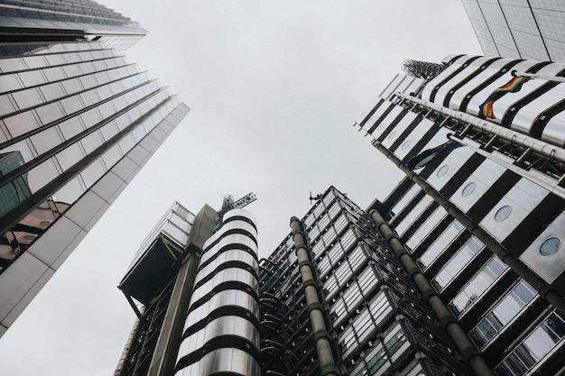 Лондонский городской пейзаж через небоскребы