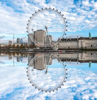 ロンドンアイはロンドンのテムズ川に反映