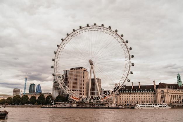ロンドンのテムズ川とロンドン・アイ