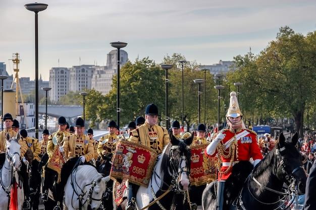 Лондон - 12-ое ноября: оркестр спасателей на коне на шоу лорд-мэра в лондоне 12 ноября 2005 года. неизвестные люди.