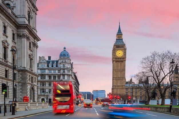 Горизонт лондона с биг-беном и зданием парламента в сумерках в великобритании.