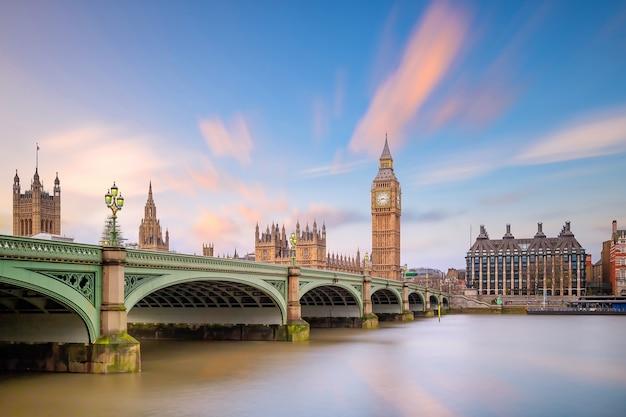 Горизонт лондона с биг беном и зданием парламента в великобритании.