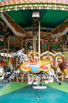 런던, 영국, 2021년 7월 22일: 회전 목마, 재미, 런던 동물원 공원에서 회전 목마