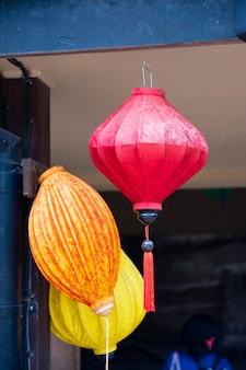 Лондон, великобритания, 22 июля 2021 года: бумажные красочные китайские фонарики, висящие в лондонском зоопарке, украшение улиц