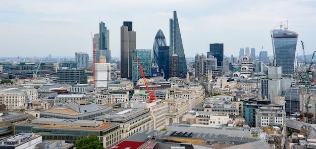 런던, 영국 - 2014년 7월 19일: 런던 시 중 하나는 글로벌 금융의 주요 센터 중 하나입니다. 아름다운 여름날의 스카이라인.