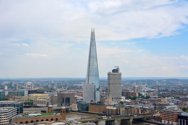 런던, 영국 - 2014년 7월 19일: 위에서 런던의 전망. 샤드 마천루. 영국 세인트폴 대성당에서 본 런던