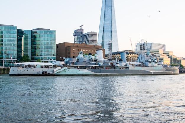 런던, 영국 - 2014년 7월 23일: hms 벨파스트(hms belfast)는 원래 영국 해군을 위해 제작된 경순양함으로 현재 영국 런던의 템스 강에 영구적으로 정박되어 있는 박물관 선박입니다.