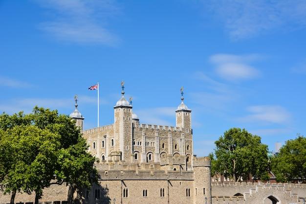 런던 - 영국, 7월 3일: 런던, 영국에서 2014년 7월 3일에 그녀의 장엄한 런던 타워. 템스 강변에 있는 역사적인 성입니다. 1066년 노르만 잉글랜드 정복의 일환으로 설립되었습니다. 프리미엄 사진