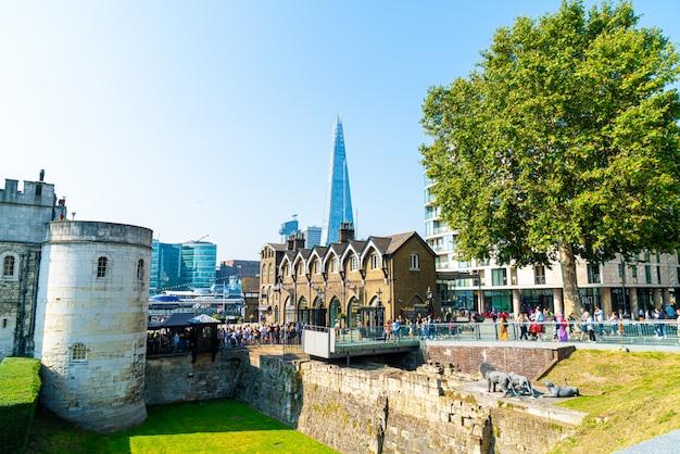 Лондон, великобритания - 27-ое августа 2019: лондонский тауэр, официально ее величество королевский дворец и крепость лондонского тауэра.