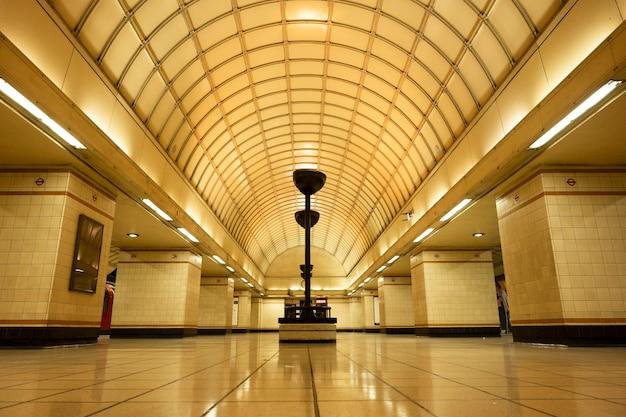 イギリスのロンドン。 2010年8月22日。地下鉄の駅。イギリスの地下鉄駅
