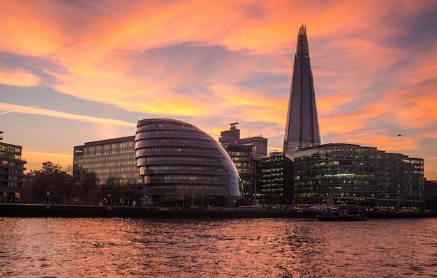 Лондонский городской район от реки темзы.