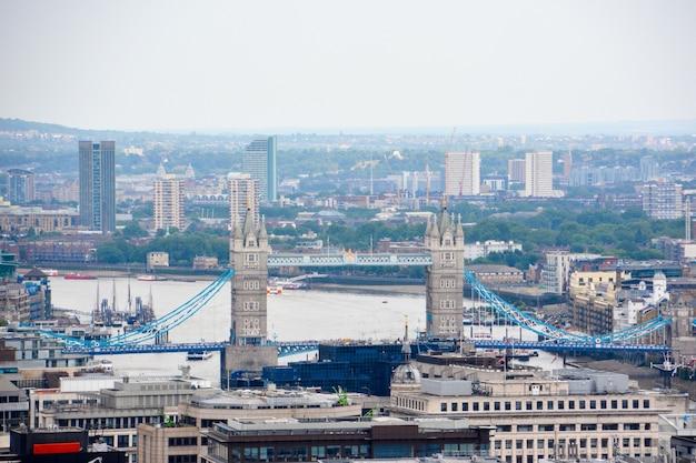 흐린 날에 타워 브리지와 런던 보기. 영국.
