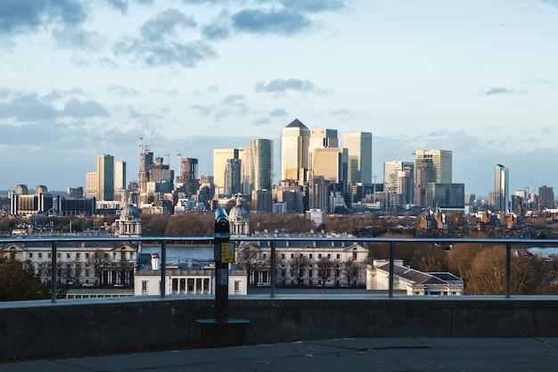 Лондонская смотровая площадка на гринвич-хилл со смотровой трубой на закате, соединенное королевство