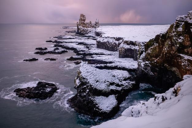 アイスランドのロンドランガーの崖