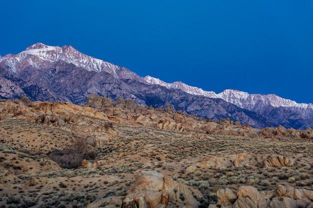 米国カリフォルニア州ローンパイン、シエラネバダ山脈東部のアラバマヒルズの日の出のローンパインピークビュー。