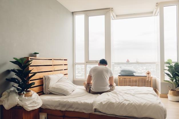 아파트의 침실에서 외롭고 우울한 남자.
