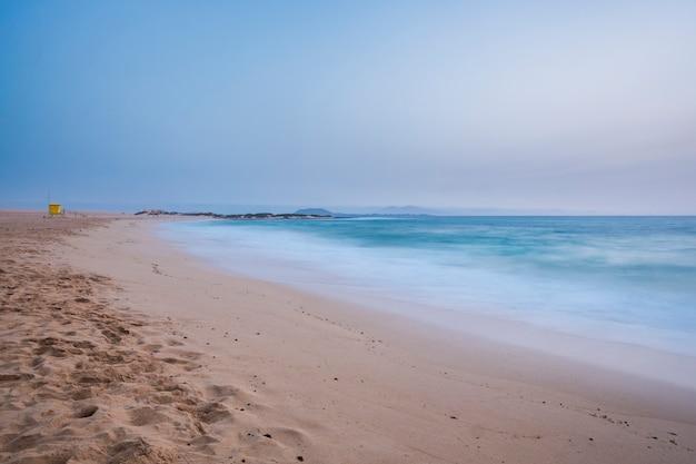 早朝、長時間露光撮影で体のない孤独なビーチ。海の砂と青いアター。あなたのnxt休暇の目的地のためのfuerteventura砂丘corrralejo場所