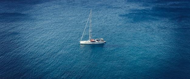 海の孤独なボート、ミロス島、ギリシャ