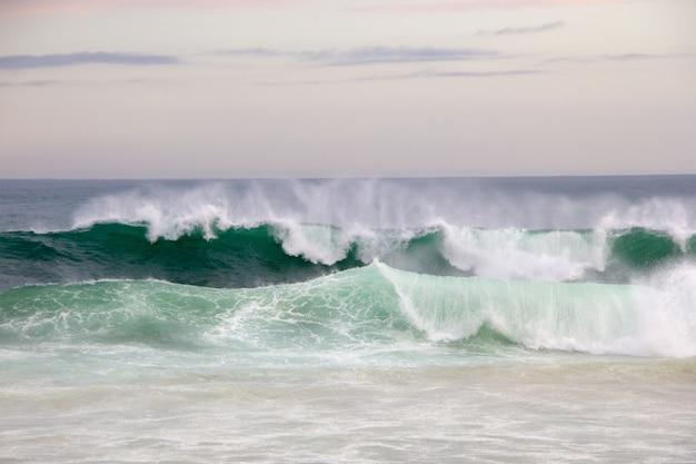 ブラジルのリオデジャネイロのレブロンビーチで午後遅くに孤独な砕ける波。