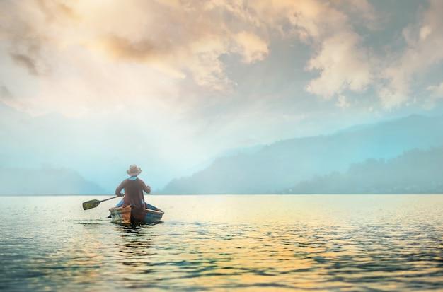 朝の湖で孤独な漁師