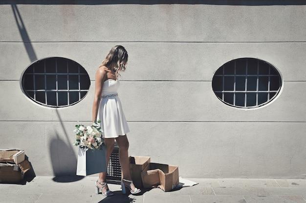 필사적으로 걷는 결혼식 꽃과 함께 외롭고 좌절 된 신부
