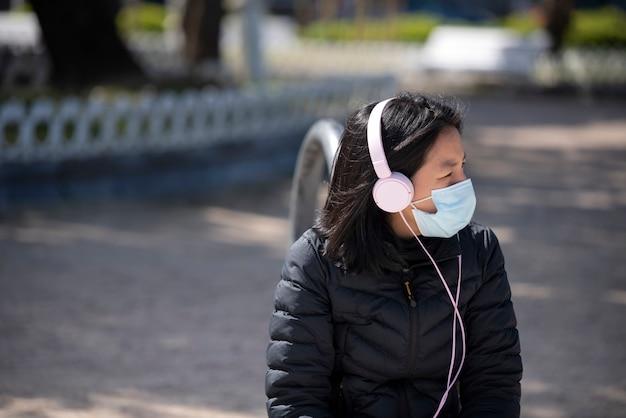 Одинокая девушка слушает музыку