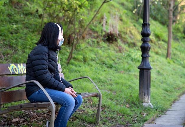 Одинокая девушка слушает музыку Premium Фотографии
