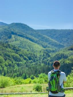 화창한 여름날에 외로운 등산객 관광 enjoing mounain보기