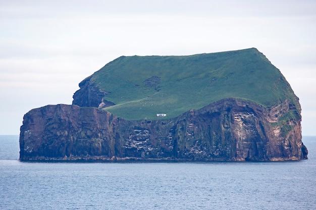 ヴェストマン諸島の島にある孤独な家。アイスランド