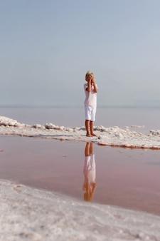 孤独な少年は海岸で手で顔を覆った