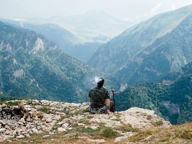 山の中で孤独な男自然風景自由旅行