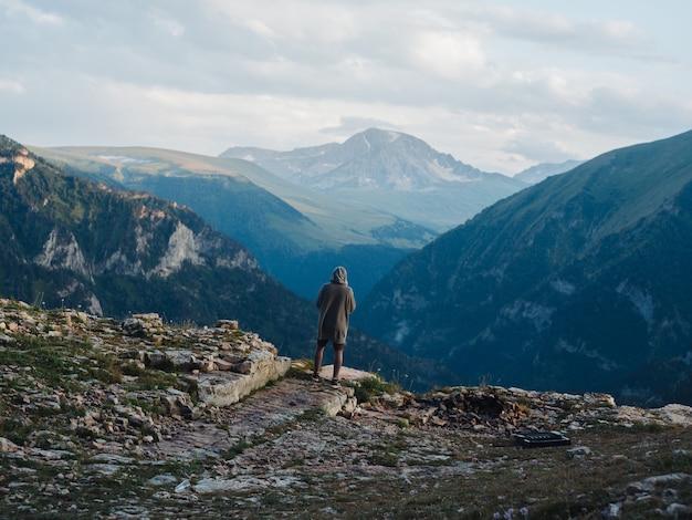 孤独な男の山自然旅行風景。高品質の写真