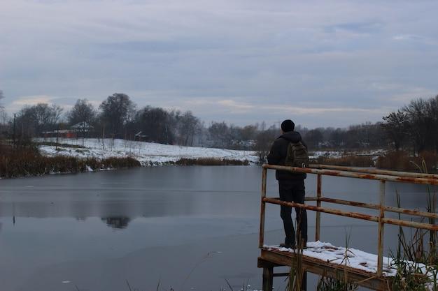 호숫가에 외로운 남자