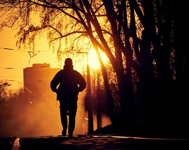 路上で孤独な男