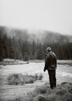 自然の中に一人で立っている孤独な男
