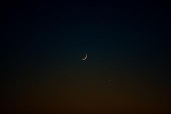 暗い夜空の孤独な月