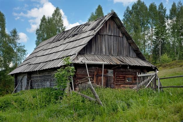 Одинокий старый деревянный дом на горном холме